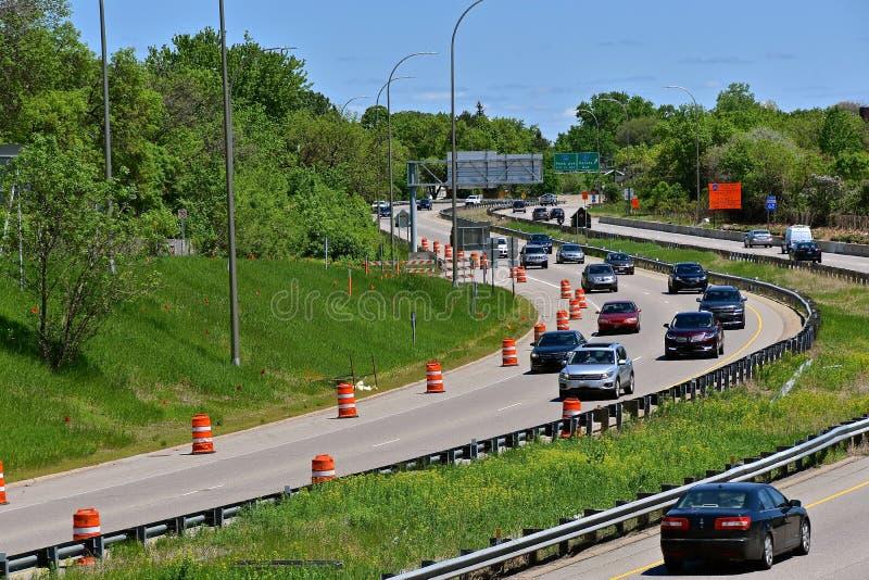 Ruch drogowy na ruchliwie autostrady wskazującym budowa drogi zdjęcia royalty free