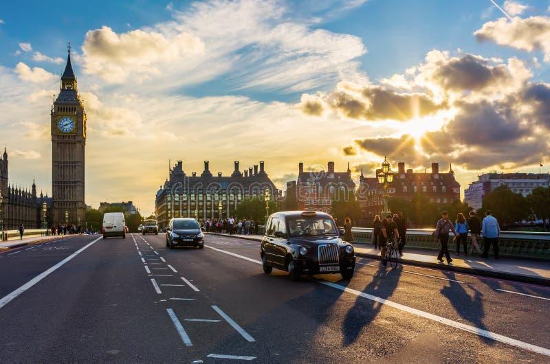 Ruch drogowy na Westminister moscie w Londyn, UK obrazy stock