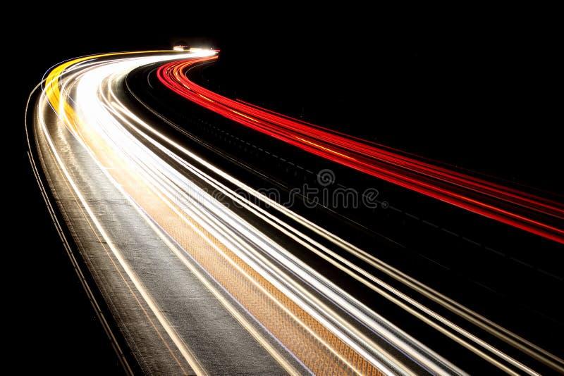 Ruch drogowy noc zaświeca, czerni, czerwień, biel, kolor żółty zdjęcie royalty free