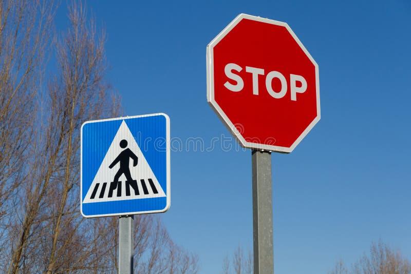 Ruch drogowy przerwy znaki i Zwyczajny skrzyżowanie obrazy stock