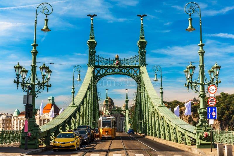 Ruch drogowy przy swoboda mostem, Budapest zdjęcia stock