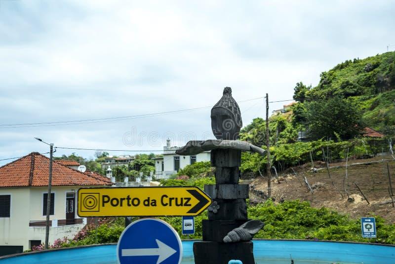 Ruch drogowy rzeźba blisko Santana w maderze która jest pięknym wioską na północnym wybrzeżu i znak obraz royalty free