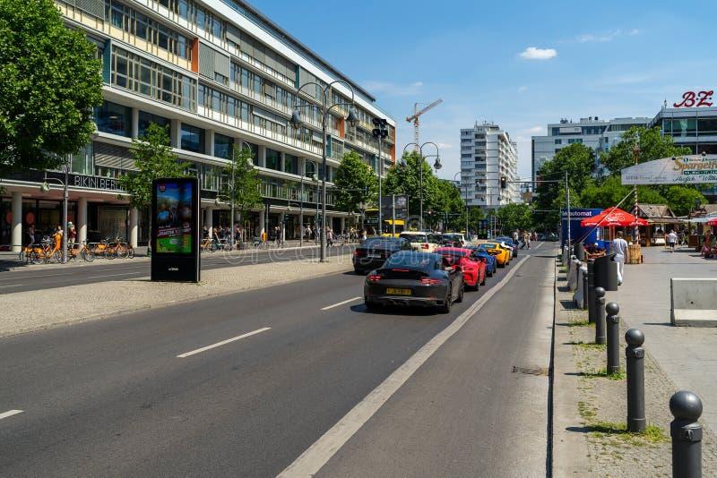 Ruch drogowy w mieście Nowożytni sportów samochody na ulicie zdjęcia stock
