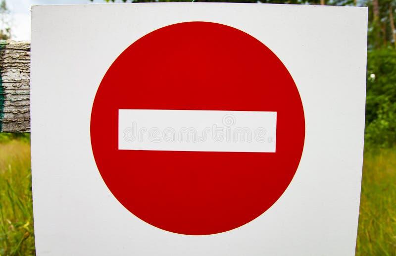 Ruch drogowy zabrania - drogowy znak na białym tle obrazy royalty free