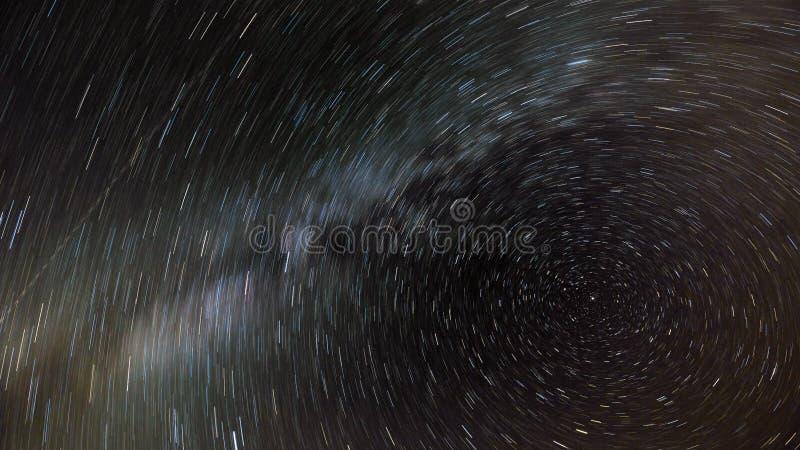 Ruch gwiazdy i milky sposób w nocnym niebie wokoło Północnej gwiazdy zdjęcia royalty free