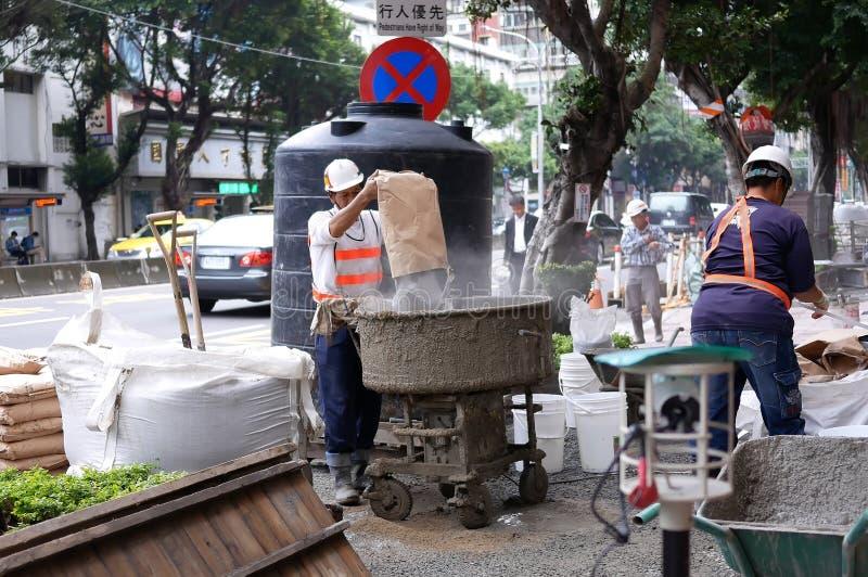 Ruch miesza cement dla przygotowania w budowie na drodze pracownik fotografia stock