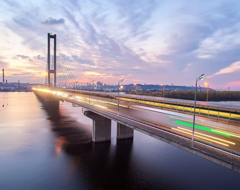 Ruch na moście Współczesna metropolia z przecięciem szlaków komunikacyjnych na moście Wpusty drogowe obrazy stock