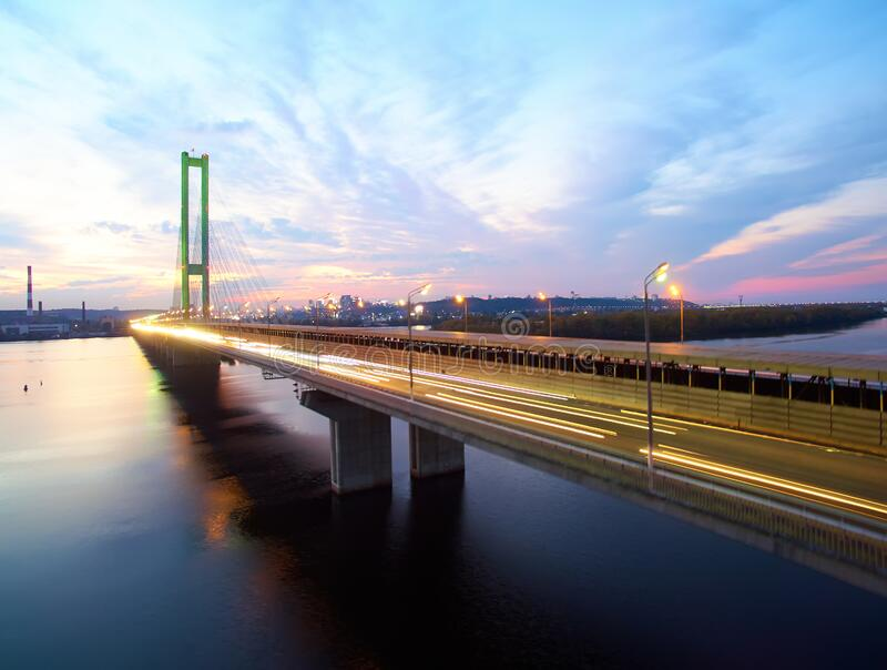 Ruch na moście Współczesna metropolia z przecięciem szlaków komunikacyjnych na moście Wpusty drogowe fotografia stock