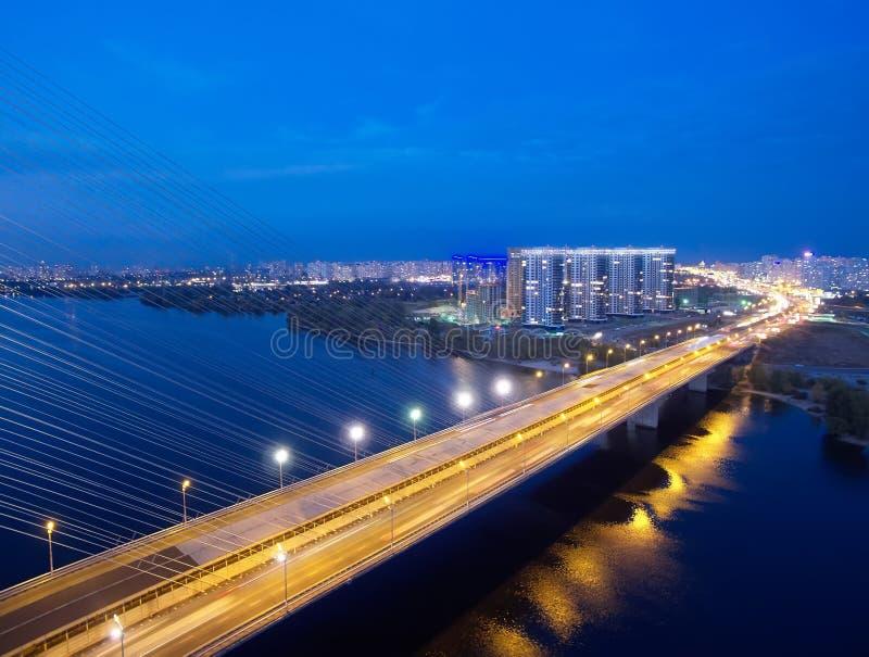 Ruch na moście Współczesna metropolia z przecięciem szlaków komunikacyjnych na moście Wpusty drogowe obrazy royalty free