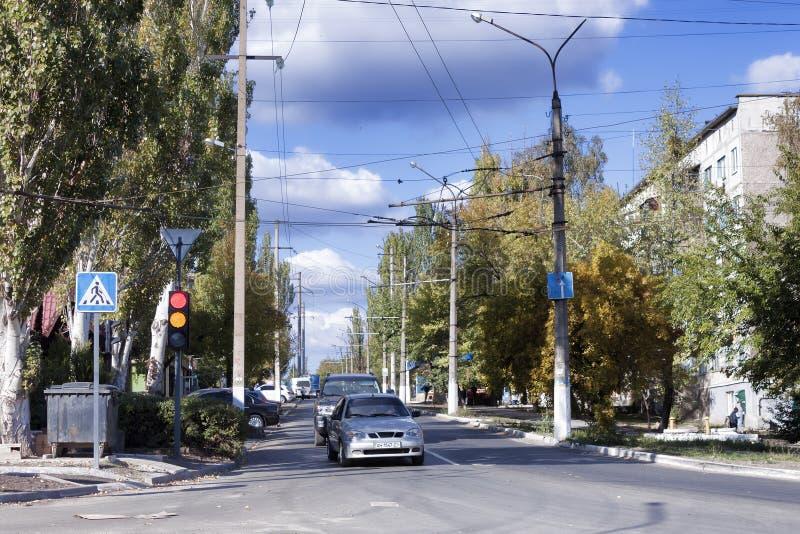 Ruch na ulicach Sloviansk reguluje nowego światła ruchu zdjęcie stock
