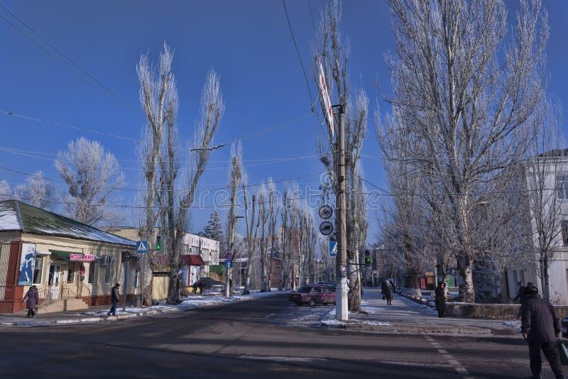 Ruch na ulicach Sloviansk reguluje nowego światła ruchu obraz stock