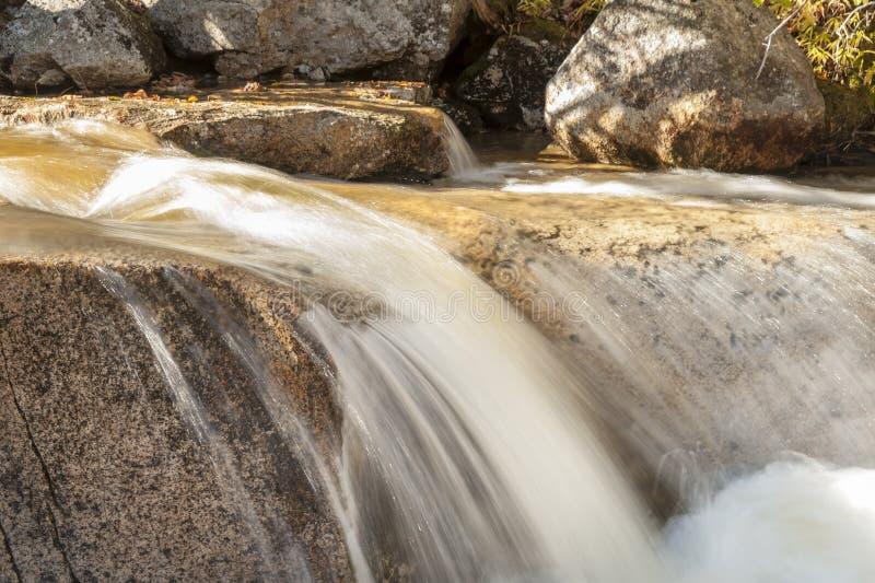 Ruch plama woda nad rzeki skałą fotografia royalty free