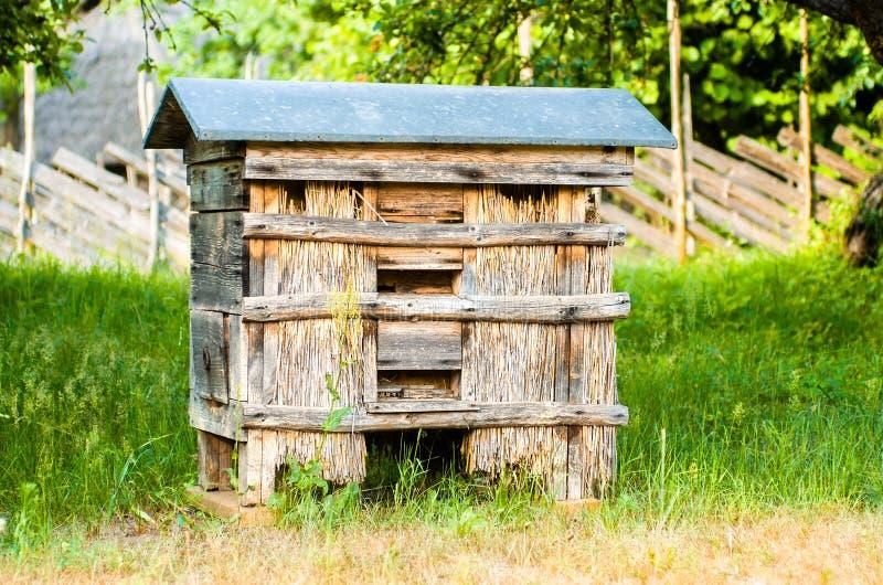 Ruches avec des abeilles dans une ferme de miel photographie stock