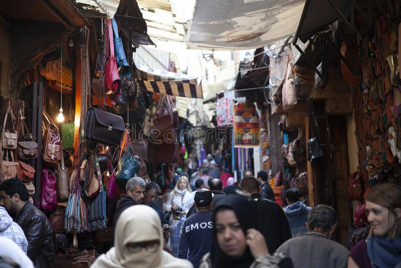 Ruchliwe ulicy Medina, fez, Maroko, 2017 fotografia stock