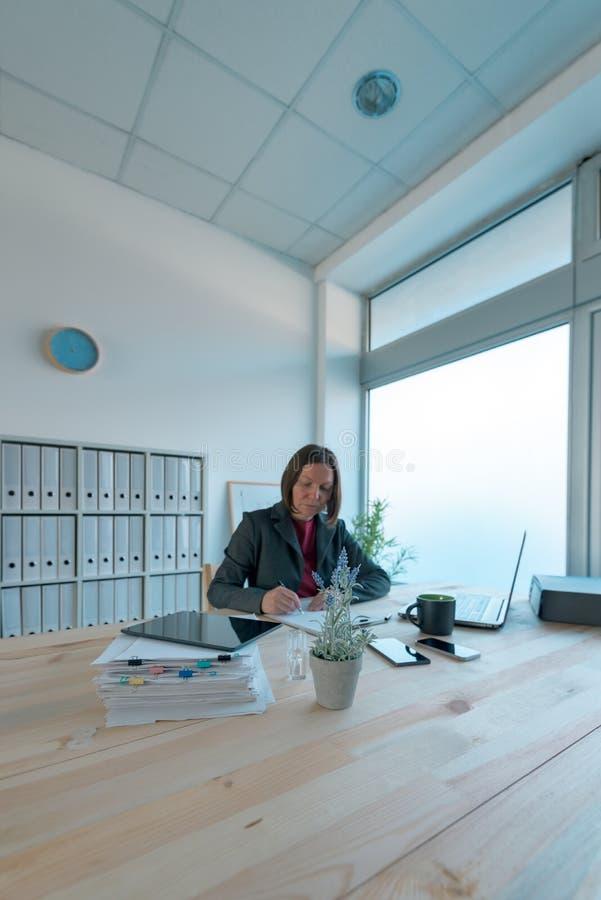 Ruchliwie bizneswoman robi papierkowej robocie w biurze zdjęcia royalty free