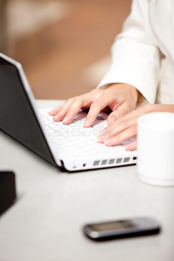 ruchliwie bizneswomanu zakończenie jej używać jej laptop zdjęcia royalty free