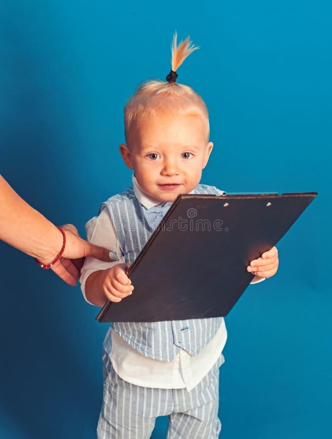 Ruchliwie cutie małe dziecko Mały dziecko szef Uroczy dziecko kieruje biznes Chłopiec dziecka planu rozpoczęcia strategia bizneso zdjęcie stock