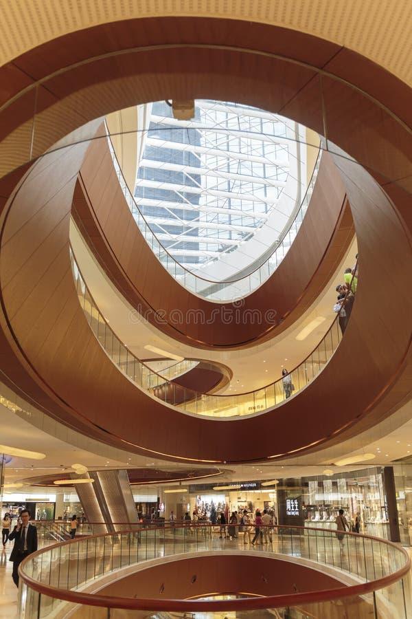 Ruchliwie interrior zakupy centrum handlowe w Guangzhou Chiny; nowożytna centrum handlowe sala; sklepu centrum; sklepowy okno fotografia royalty free