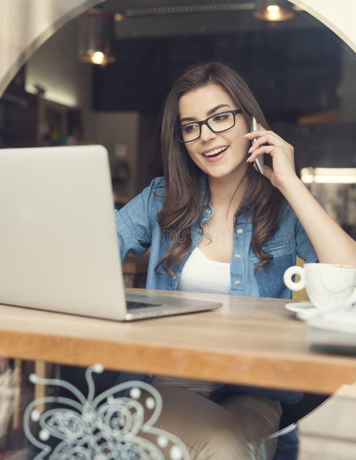 Ruchliwie kobieta przy kawiarnią obrazy stock