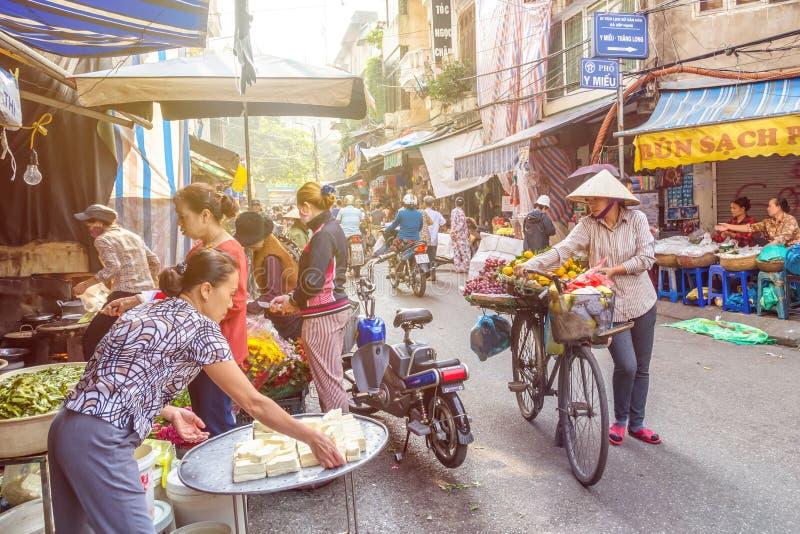 Ruchliwie lokalny życie codzienne ranku uliczny rynek w Hanoi, Wietnam Ludzie konserwują widzieć badać wokoło rynku zdjęcia stock