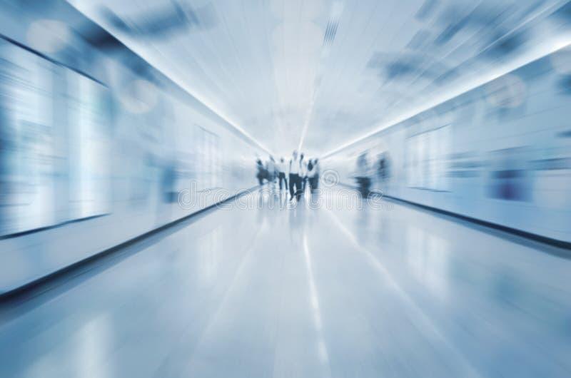 Ruchliwie ludzie w tunelowym błękitnym brzmieniu obrazy stock