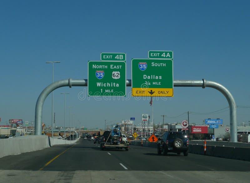 Ruchliwie międzystanowy system w Oklahoma mieście, Oklahoma obraz royalty free