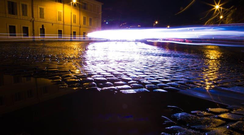 Ruchliwie Nighttime brukowa ulica w Rzym, Włochy obraz royalty free