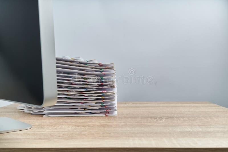 Ruchliwie palowy przeciążenie dokumentu komputer na drewnianym stole i raport obrazy royalty free