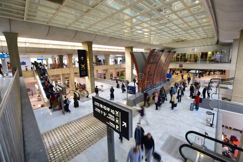 Ruchliwie podróżnicy przy Charles De Gaulle lotniskiem fotografia royalty free