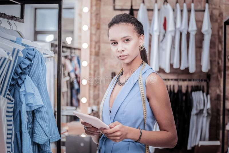 Ruchliwie pracowity projektant mody ma taśmy miarę na jej szyi obraz stock