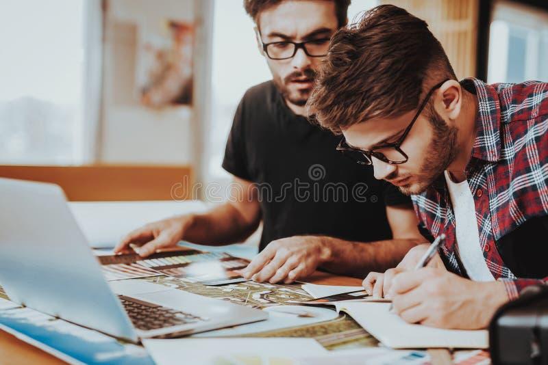 Ruchliwie projektant grafik komputerowych ostrość na projekta Tworzyć obraz stock