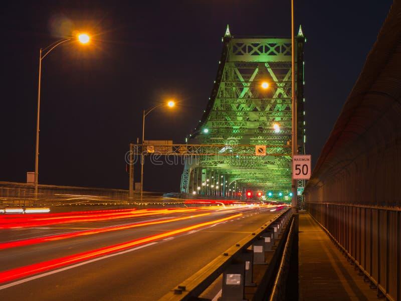 Ruchliwie ruch drogowy na moscie, Długi ujawnienie z lekkim śladem, Montreal, Kanada obrazy royalty free