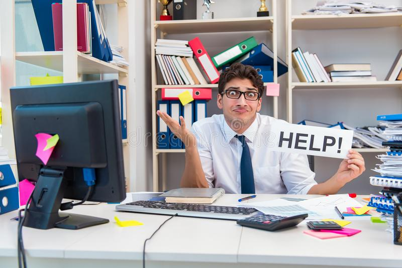 Ruchliwie sfrustowany biznesmen gniewny w biurze zdjęcia royalty free