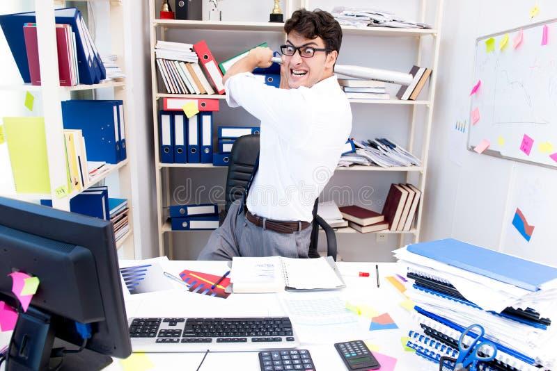 Ruchliwie sfrustowany biznesmen gniewny w biurze obraz royalty free