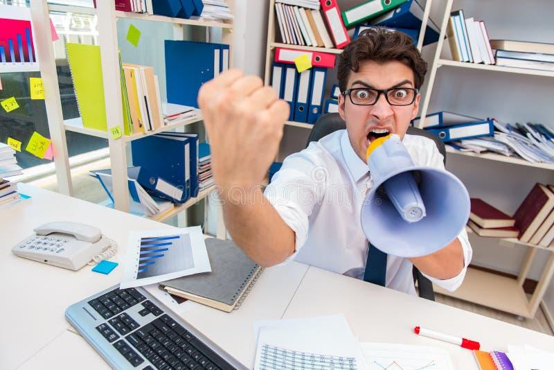 Ruchliwie sfrustowany biznesmen gniewny w biurze obraz stock