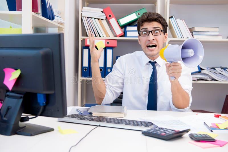 Ruchliwie sfrustowany biznesmen gniewny w biurze zdjęcie stock