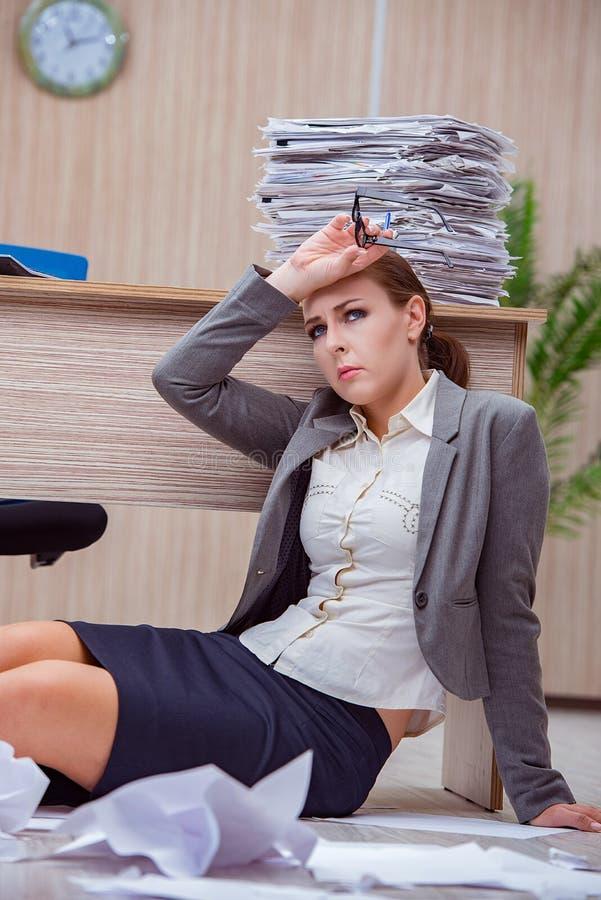 Ruchliwie stresująca kobiety sekretarka pod stresem w biurze fotografia stock