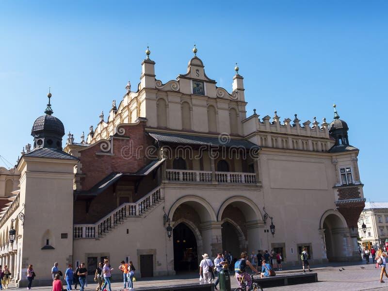Ruchliwie Sukienny Hall na głównym Targowym kwadracie w Krakow, Polska jest przystanią dla kupujących fotografia stock