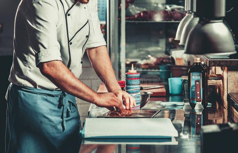 Ruchliwie szef kuchni przy pracą w restauracyjnej kuchni obraz royalty free
