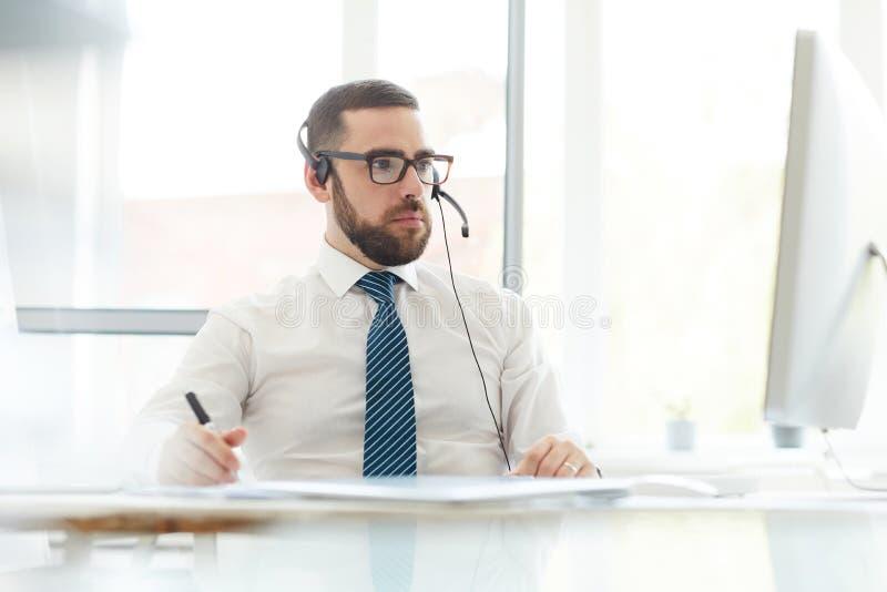 Ruchliwie techniki poparcia kierownik konsultuje na stron internetowych zagadnieniach zdjęcia royalty free