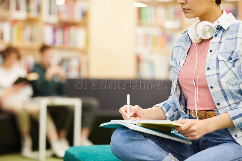 Ruchliwie uczeń robi notatkom w workbook zdjęcie stock