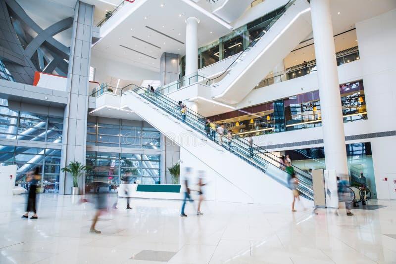 Ruchliwie zakupy centrum handlowe obraz stock