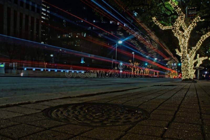 Ruchu drogowego śladu światła - nocy ujawnienia Długa fotografia zdjęcie stock