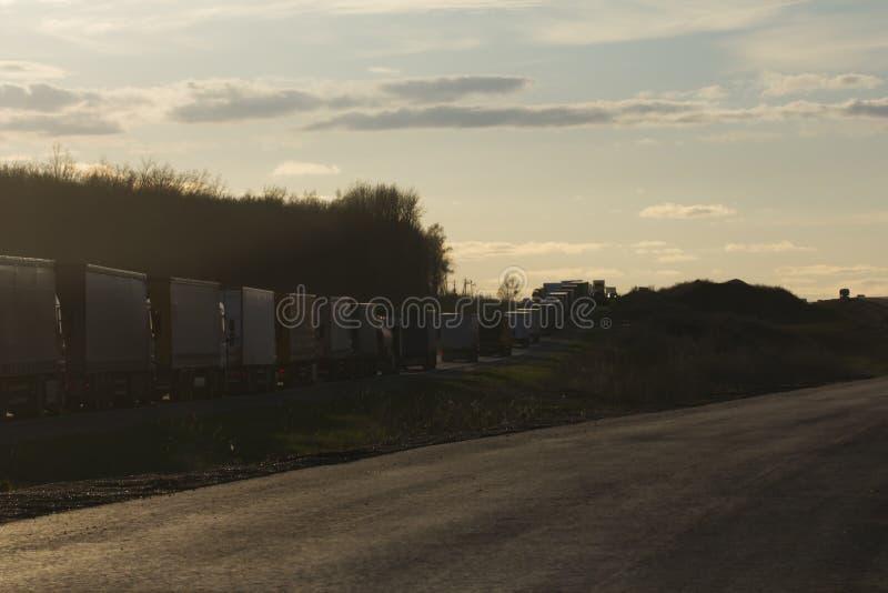 Ruchu drogowego dżem Ciężkie ciężarówki przy zmierzchem - szeroki kąt zdjęcie royalty free