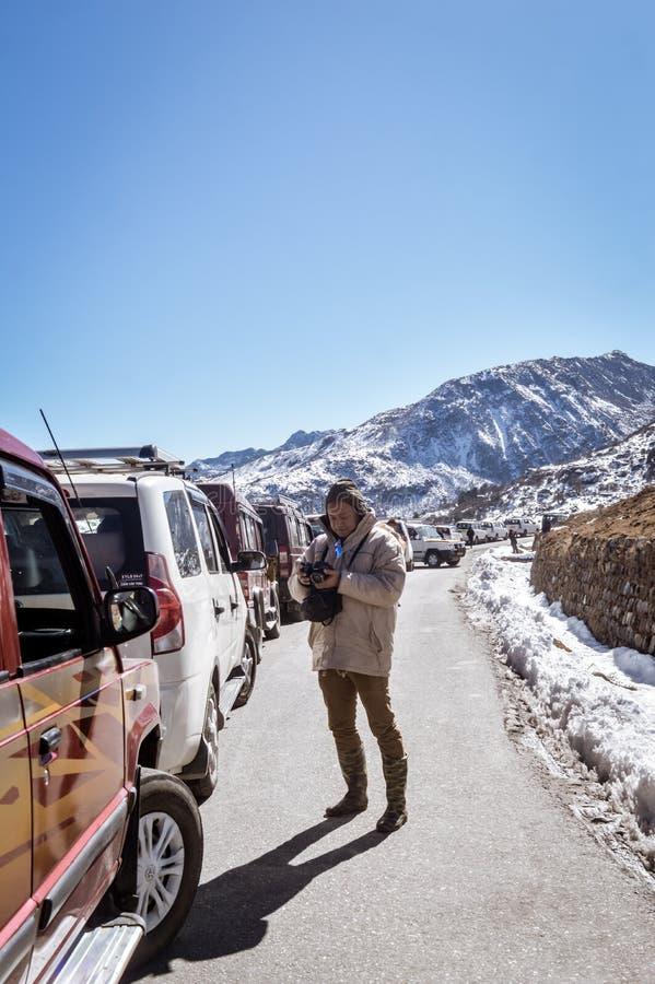 Ruchu drogowego dżem i autostrady zablokowanie należny opad śniegu przy Tsomgo jeziorem Turystyczni pojazdy wykładali do wspinacz zdjęcia stock