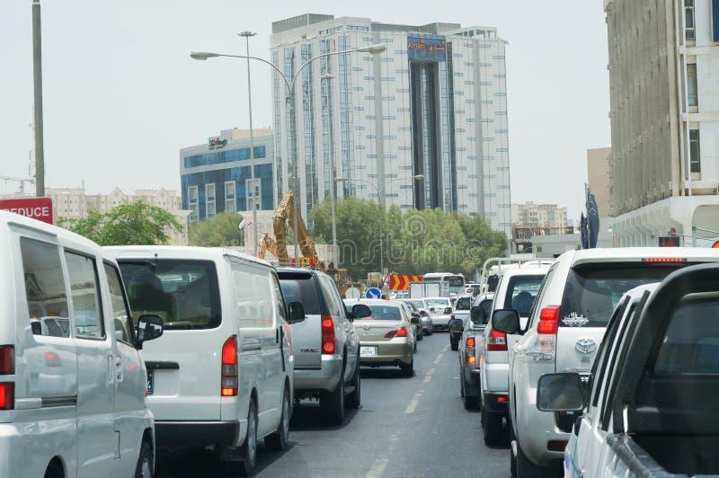 Ruchu drogowego dżem w W centrum Doha Doha Katar, Lipiec - 6 2013 - obrazy stock