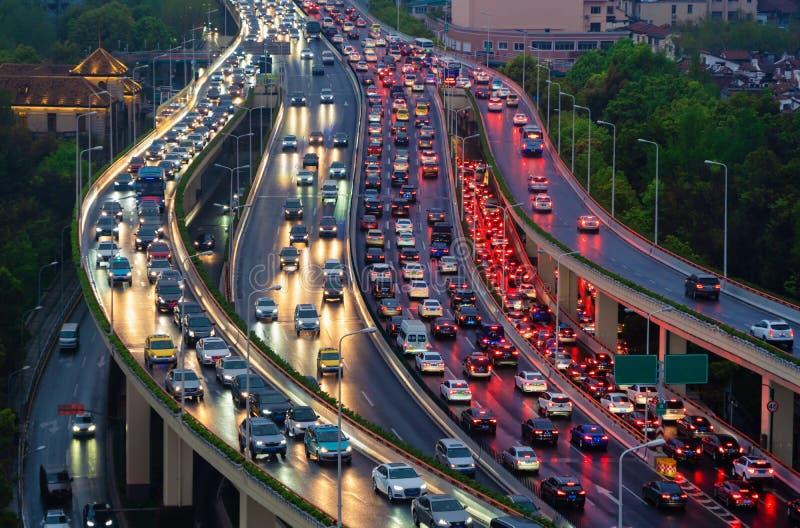 Ruchu drogowego dżem w godzina szczytu na autostradzie Samochody na mostach i drogach w Szanghaj śródmieściu, Chiny przy nocą zdjęcia stock