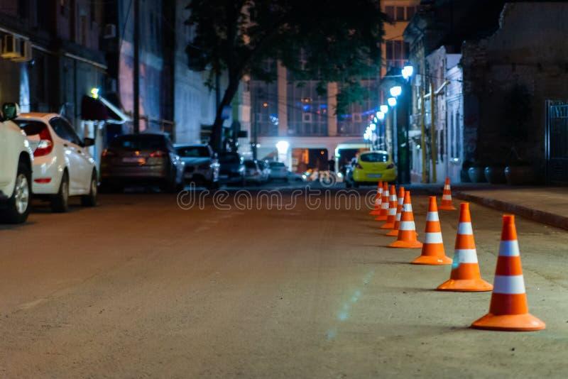 Ruchu drogowego ostrzeżenia rożek w rzędzie na ulicie oddzielać miejsce dla parking terenu obraz royalty free