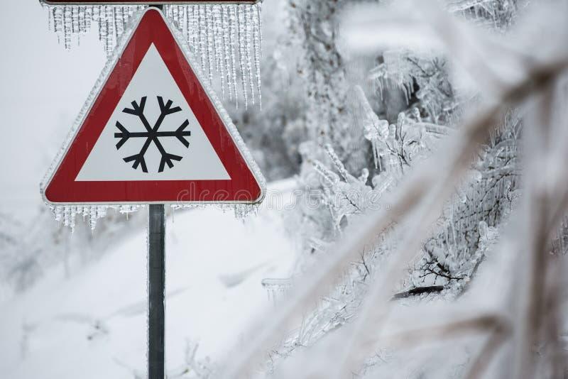 Ruchu drogowego znak dla lodowatej drogi zdjęcie royalty free