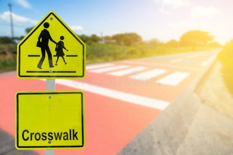 Ruchu drogowego znak na drodze w przemysłowej nieruchomości o podróży safel, zdjęcie stock